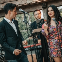 Unsere Sänger Ana und David mit Timmy am Keyboard im Hintergrund