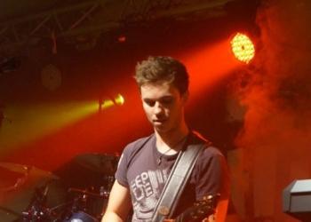 Gitarrist Max spielt in der Partyband
