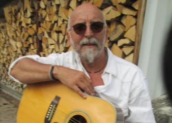 Carlo Haggard spielt Gitarre