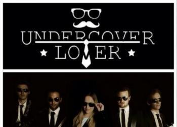 Undercover lover spielt Instrument