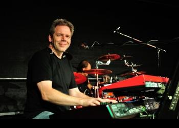 Ralf spielt Keyboard, Akkordeon / Steirische, Piano/Flügel, Soundtechniker, Bühnentechniker und Lichttechniker