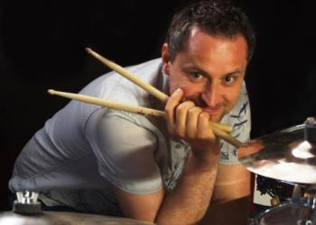 Patty Klemenz spielt Drums