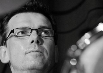Trommelbert spielt Drums, Klarinette und Saxofon Tenor