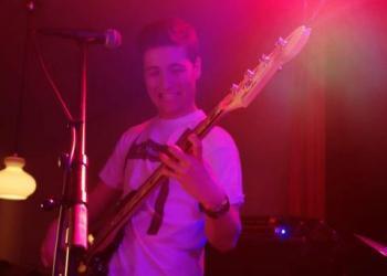 Alex spielt E-Bass