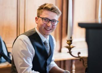 Jonas Müller spielt Gesang, Piano/Flügel und E-Bass