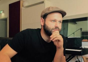 Felix Studio-Wustrack spielt E-Bass, Gitarre, Piano/Flügel, Keyboard, Bühnentechniker, Komponist, Recording, Soundtechniker und Keyboard