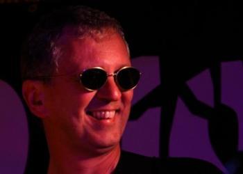 Chris Röhrl spielt E-Bass