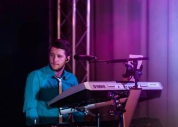 Giuliano Mitschke spielt Keyboard, Gitarre, Piano/Flügel und Akkordeon / Steirische