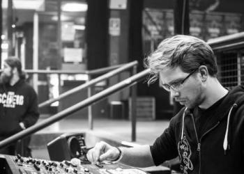Heiko Müller spielt Soundtechniker, Mixing Tables, Bühnentechniker und Komponist