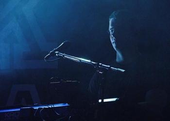 Thorsten spielt Keyboard