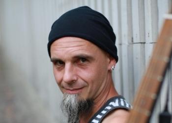 Landy Landinger spielt Gitarre