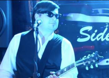 Andy Brauner spielt Gitarre