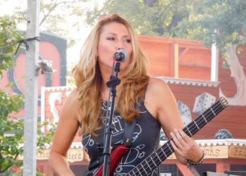 Bylle Baringer spielt E-Bass und Gitarre