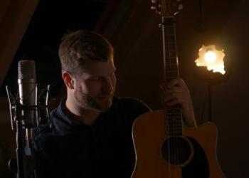 Torsten Ueberberg spielt Gitarre und Gesang