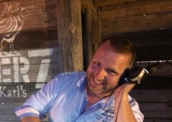 Ostsee-Sound - Ihr DJ an der Ostseeküste  spielt Instrument