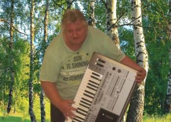 Franken-Musiker spielt Keyboard und Gesang