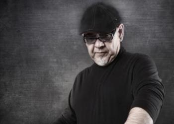 Rico Aston spielt Keyboard und Gesang