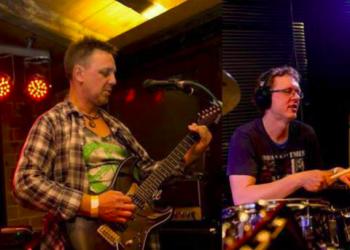 Tuffo spielt Gesang, E-Bass, Gitarre, Gitarre, Drums und Gesang