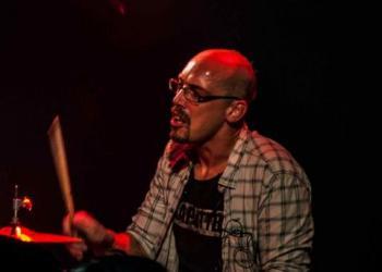 Stüf spielt Drums und Gitarre