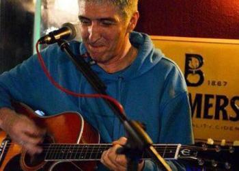 Doc Fetzer spielt Gesang, Gitarre und Keyboard