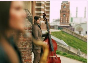 Florian Gunacker spielt E-Bass und Kontrabass