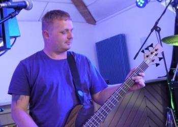 Fabi spielt E-Bass