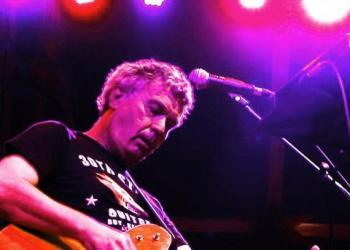 Hans Peter Krohn spielt Gitarre, E-Bass, Gesang, Keyboard, Piano/Flügel und Komponist