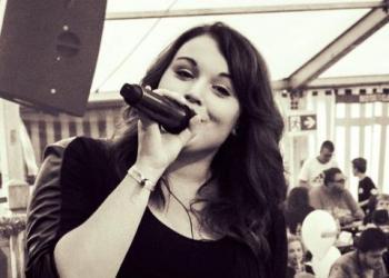 Julia spielt Gesang