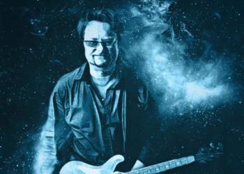 Bertram Winkler spielt Gitarre und Akkordeon / Steirische