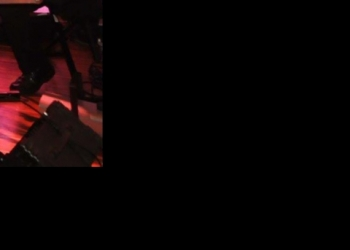 Alex Jacobi spielt Piano/Flügel, Drums, Gitarre und Gesang