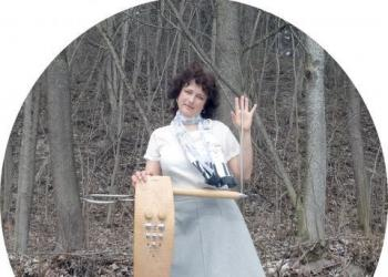 Olga spielt Instrument