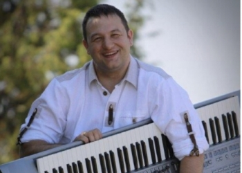 Markus spielt Drums, Gesang, Keyboard, Akkordeon / Steirische, E-Bass, Gitarre, Posaune, Bariton, Tenorhorn, Trompete und Tuba