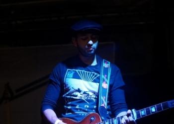 Stevie spielt Gitarre